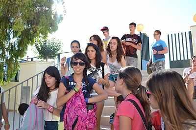 Los alumnos dejan sus diarios antes de la entrada a clase